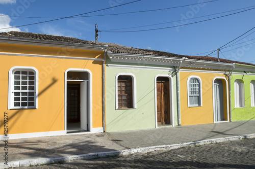 Fotografia  Traditional colorful Brazilian Portuguese colonial architecture on a cobblestone