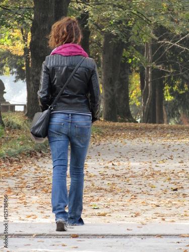Fotografie, Obraz  Relax al parco in autunno - camminata