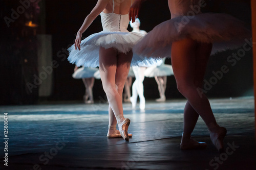 Poster Cygne Ballerinas in the movement. Feet of ballerinas close up.