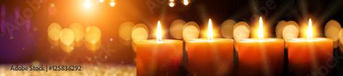 Cuadros en Lienzo Kerze - Weihnachten - adventskurze mit Kerzenschein und Gold auf dunklem Hinterg