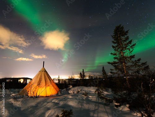 Poster Indiens Traditional Sami reindeer-skin tents (lappish yurts) in Troms region of Norway .The polar lights in Norway .