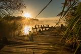 Fototapeta Pomosty - Wschód słońca nad jeziorem