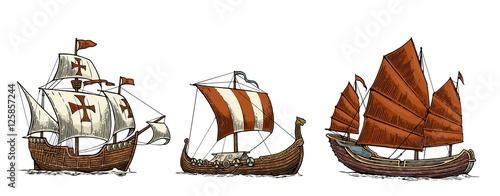 In de dag Schip Caravel, drakkar, junk. Set sailing ships floating sea waves.