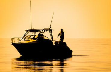 Fototapeta łódź rybacka przy zachodzie słońca