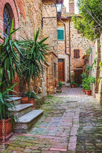 aleja-w-starym-wloskim-miasteczku-tuscany-wlochy
