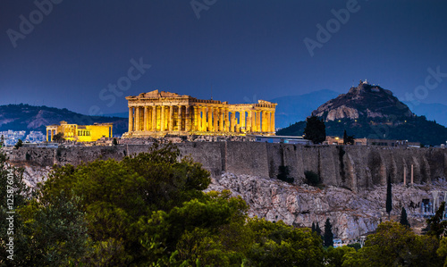 In de dag Athene Parthenon of Athens at dusk time, Greece