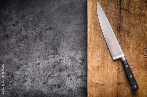 Fotografía  Kitchen knife on concrete or wooden board.