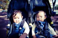 双子の赤ちゃん ベビーカー