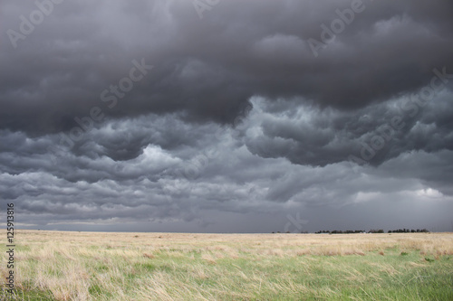 Fotografie, Obraz  The sky turns dark and turbulent as a storm approaches in the high plains of eastern Colorado