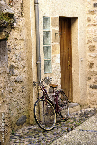 Bicycle on narrow street © cascoly2