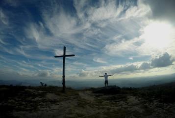 Bela cruz no caminho