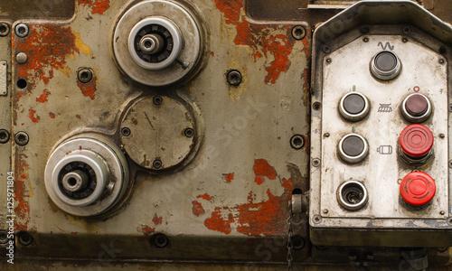 retro-panel-sterowania-dla-urzadzen-narzedzi-lub-maszyn-w-starej-fabryce