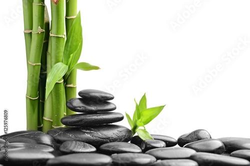 kamienie-i-bambus-na-bialym-tle