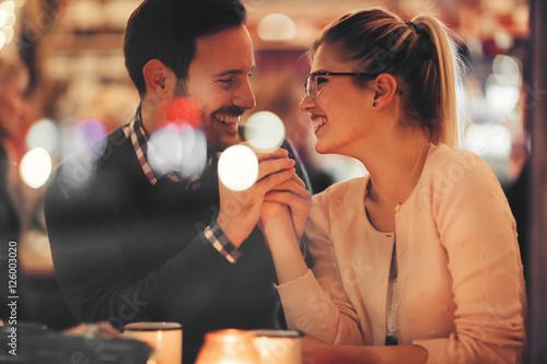 Fotografia  Couple dating at night in pub
