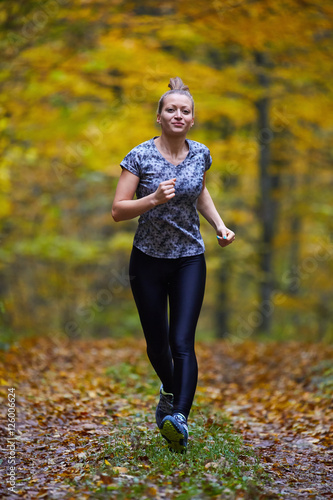 Staande foto Jogging Young woman trail running in the forest