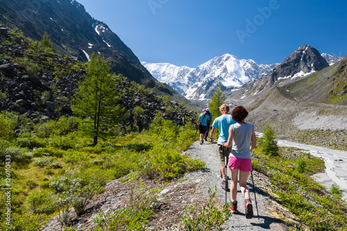 Spoed Fotobehang Alpinisme Young people are trekking in highlands of Altai mountains, Russi