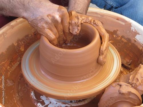 Fotografía  Alfarero trabajando con las manos la arcilla.