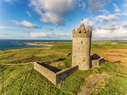 Zdjęcie XXL Antena Sławna Irlandzka atrakcja turystyczna W Doolin, okręg administracyjny Clare, Irlandia. Zamek Doonagore to okrągły XVI-wieczny zamek w wieży. Wyspy Aran i wzdłuż Dzikiej Drogi Atlantyckiej.