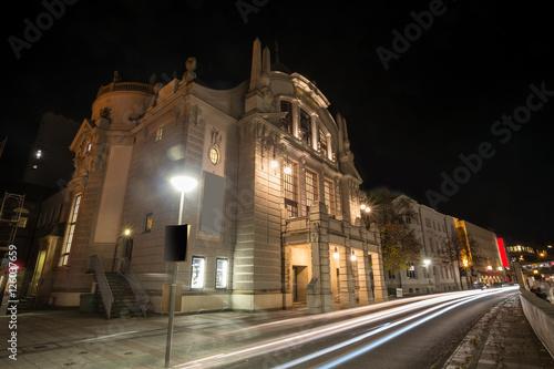 Montage in der Fensternische Oper / Theater theater bielefeld germany at night