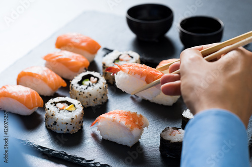 Photo  Man eating sushi