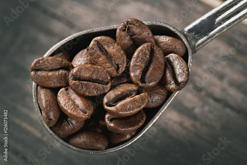 Fotografiet  group of coffee beans on a spoon