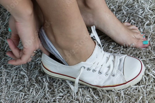 Fotografie, Obraz  Calzare le scarpe