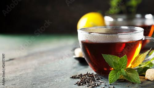 goracy-kubek-herbaty-z-mieta-i-cukrem