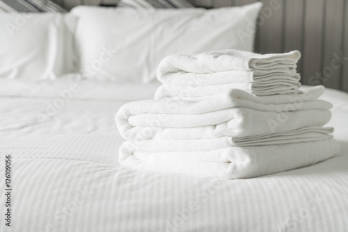In de dag Monument White towel on bed decoration in bedroom interior