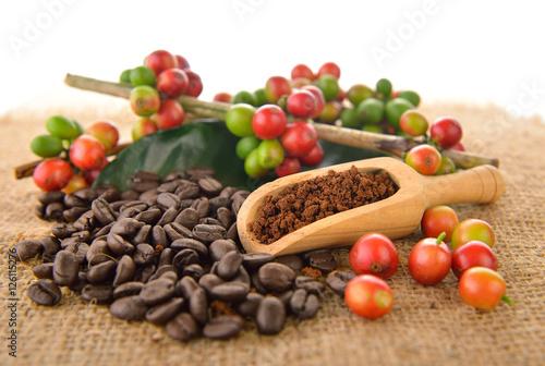 palone-ziarna-kawy-na-stole-i-drewnianym-podajniku-z-owocami