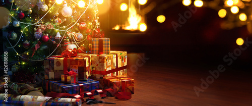 Photo Christmas tree and holidays present on fireplace background