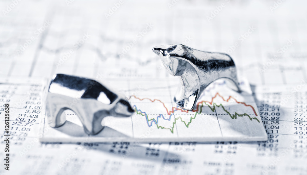 Fototapety, obrazy: Bulle und Bär und Börsenkurse