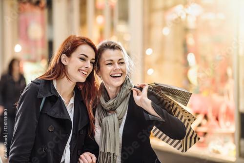 Zdjęcie XXL Świąteczne zakupy, matka i córka gospodarstwa torby na zakupy