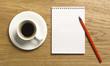 Notizblock mit Stift und Kaffeetasse auf Schreibtisch - Draufsicht