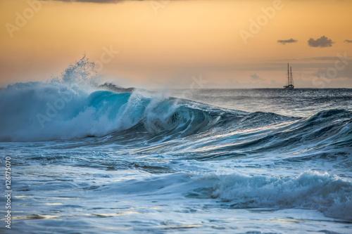 Poster Mer / Ocean Shining Translucent Ocean Background Shorebreak Wave for Surfing