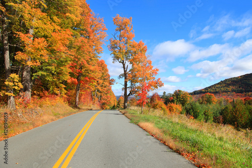 Foto op Canvas Herfst Scenic drive across New England fall foliage