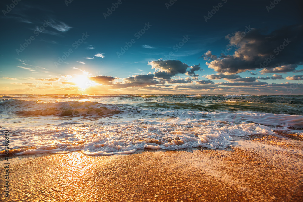 Fototapety, obrazy: Piękny wschód słońca nad morzem