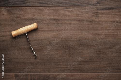 Fotografía  retro wooden corkscrew on the brown table
