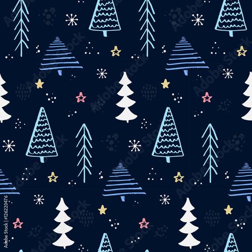 Stoffe zum Nähen Winter Wald Muster mit Hand gezeichnet Weihnachtsbaum. Blauen Nachthimmel mit Sternen und Schneeflocken. Vektor-Hintergrund für die Umhüllung von Papier und Weihnachten Designs.