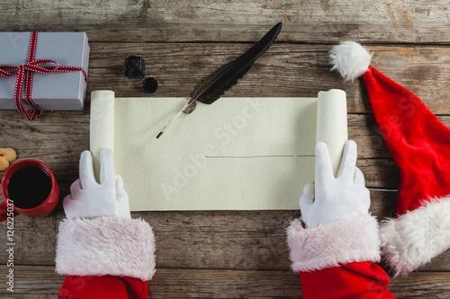 Foto  Close-up of santa claus opening scroll