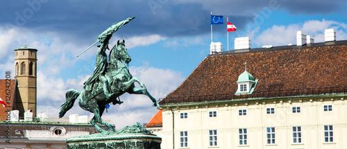 Zdjęcie XXL Tło z końskiej jazdy statuy, austriackich i europejskich flaga w Wiedeń, Austria panoramiczny tło