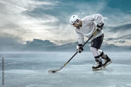 lodowy-gracz-w-hokeja-na-lodzie-w-gorach