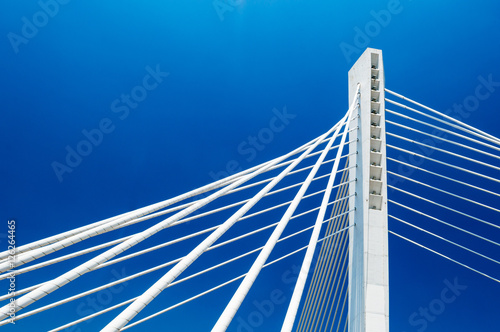 La pose en embrasure Ponts Wonderful white Millennium bridge structure over clear blue sky in Podgorica, Montenegro