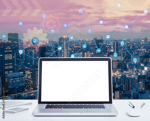 500_F_126268442_mEm2rYW4xDxRitFR70TQAPVD4cLZ493h blank screen laptop computer with night cityscape and digital