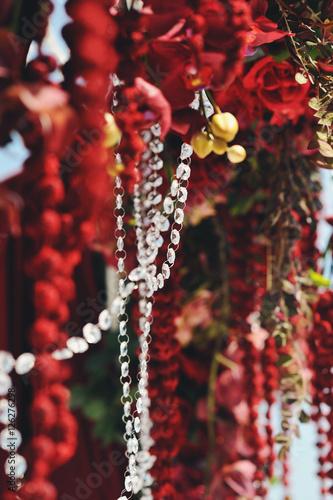 Papiers peints Bordeaux Цветочная композиция из красных цветов с хрустальными бусами