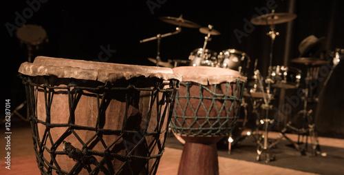 Zdjęcie XXL Tradycyjna drewniana afrykańska djembe drumon scena
