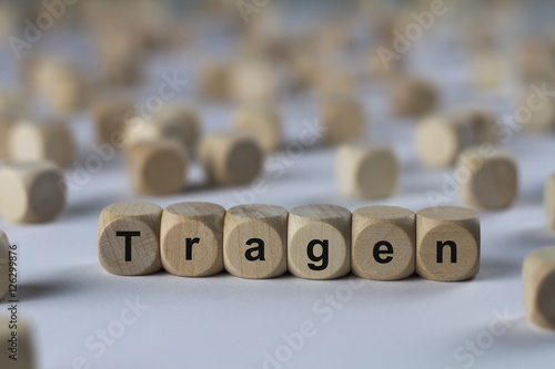 Staande foto Dragen Tragen - Holzwürfel mit Buchstaben