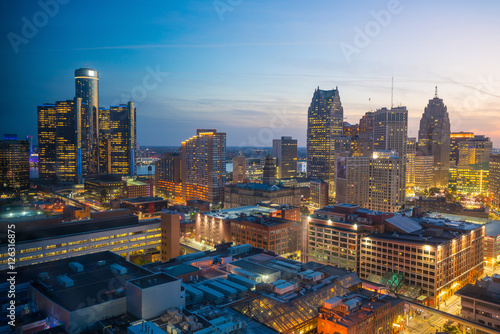 Foto auf Leinwand Vereinigte Staaten Aerial view of downtown Detroit at twilight