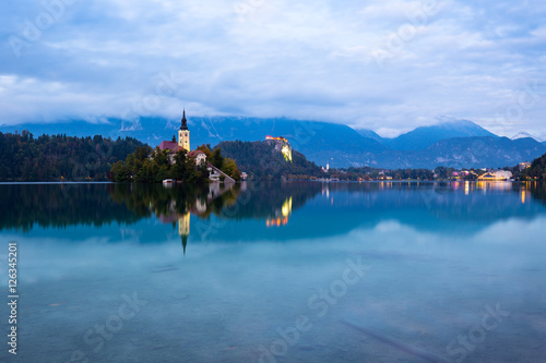 Fotobehang Natuur Park Lake Bled and small island Slovenia