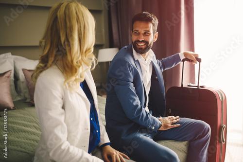 Plakat Biznesowa para w formalnym odzieży podróżować
