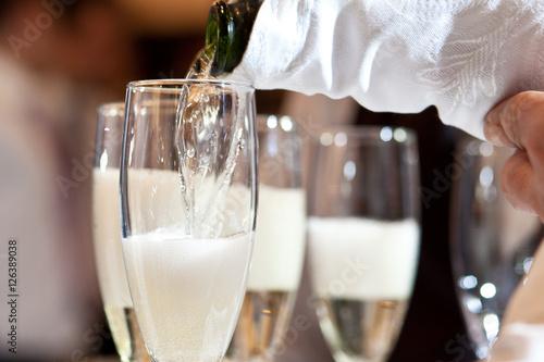 Sirviendo champán en copas